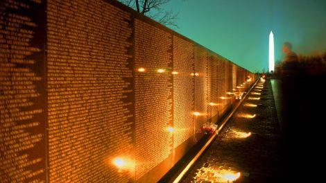 vietnam_war_memorial_at_night_washington_dc